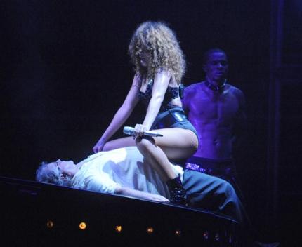 rihanna-performance-on-stage-01